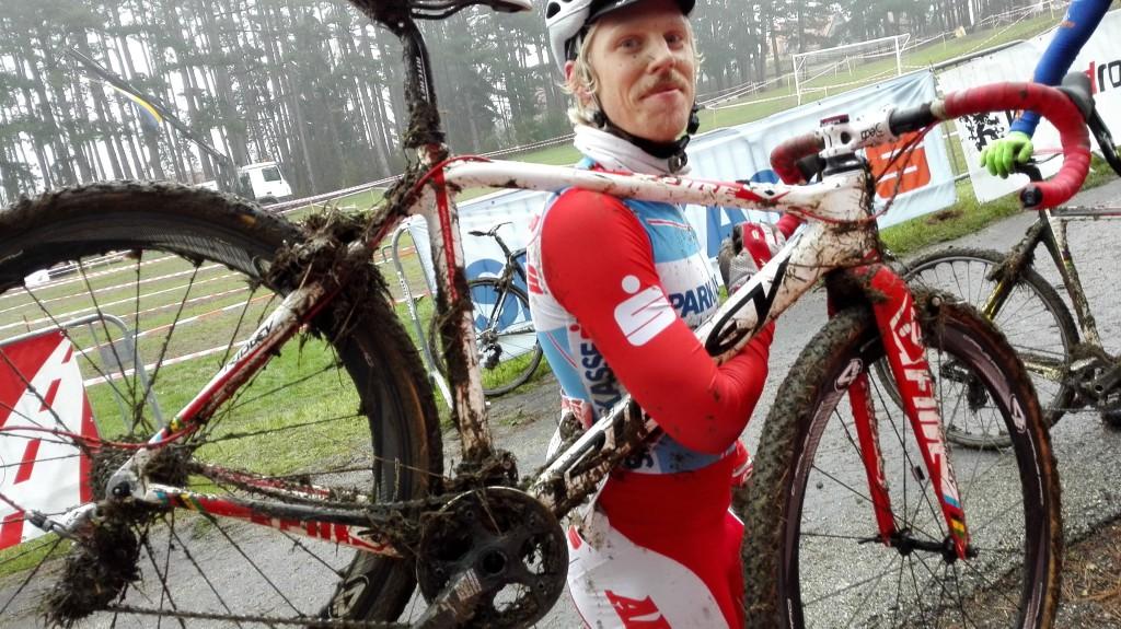 Nahaufnahme Dominik Wiedner mit verdrecktem Rad