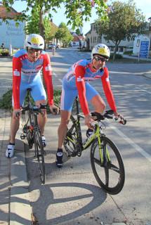2 Radfahrer in Zeitfahrmontur