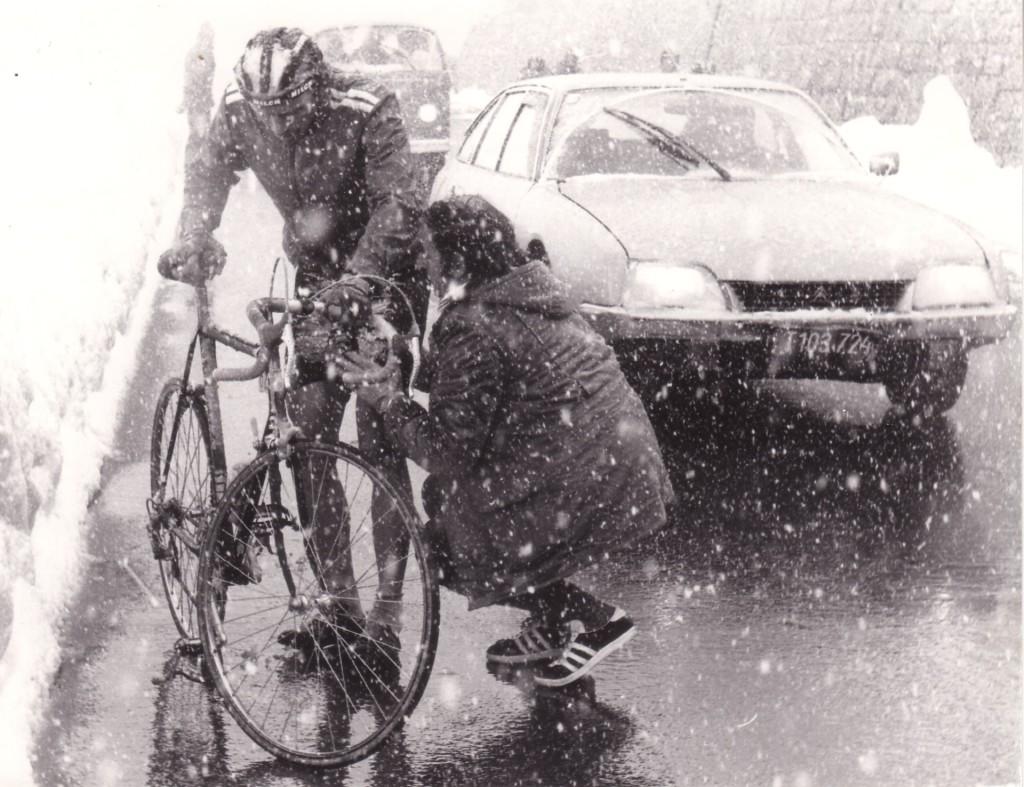 Radfahrer mit Betreuer auf der Strecke im Schnee