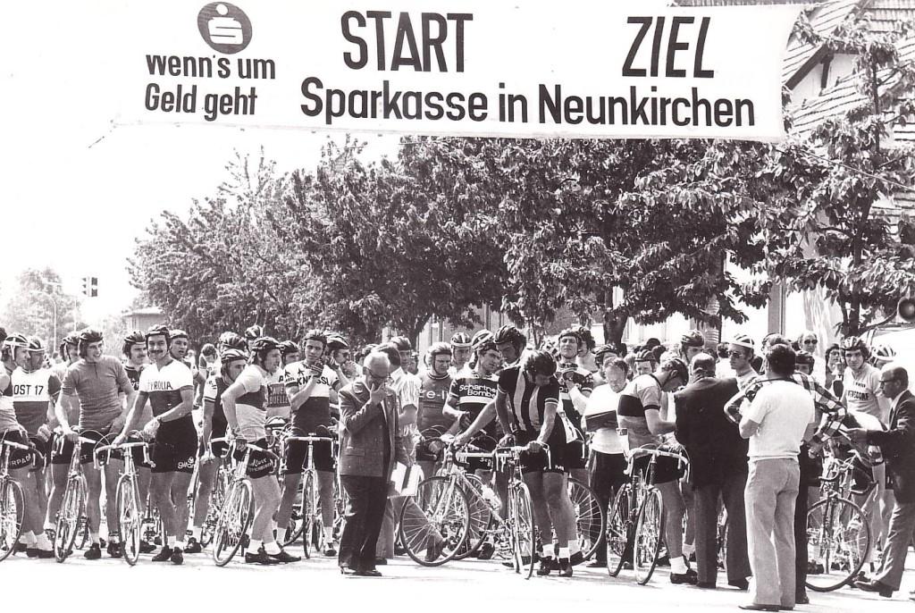 Foto in die Menge des Startbereichs mit vielen Radfahrern