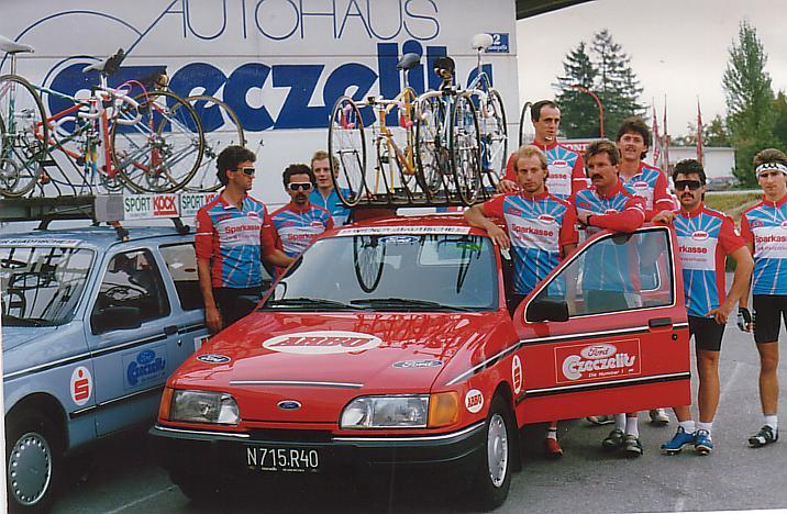 Teamfoto mit Autos, 9 Personen
